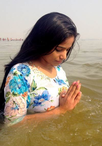 poonam-panday-was-seen-taking-a-holy-dip-at-sangam-she-tweets-nasha-of-lifetime-met-holy-saints-had-a-bath-in-holy-confluence-kumbh-mela-2013-allahabad